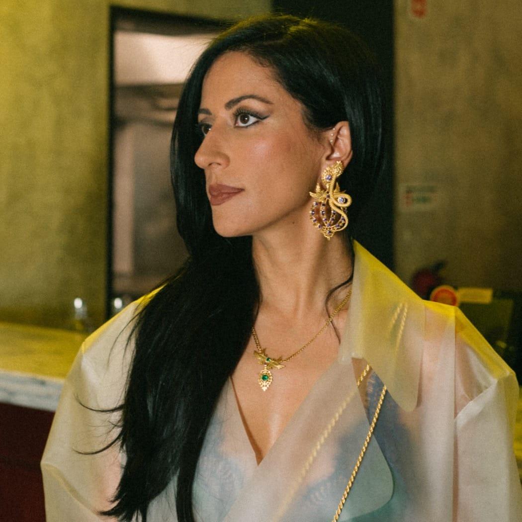 Colar Rainha Pomba Esmeralda em Prata Dourada