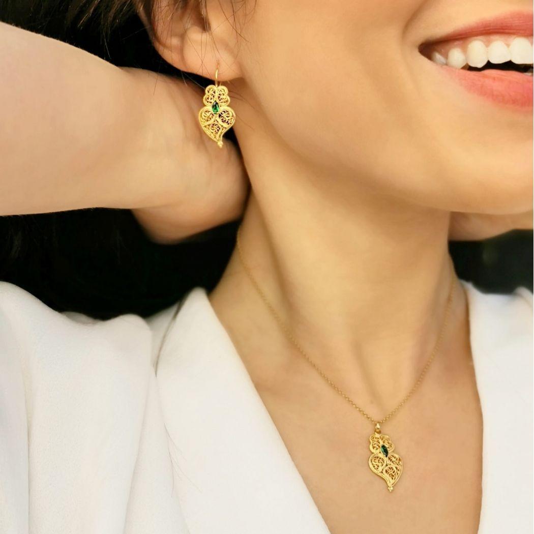 Brincos Coração de Viana Esmeralda em Prata Dourada