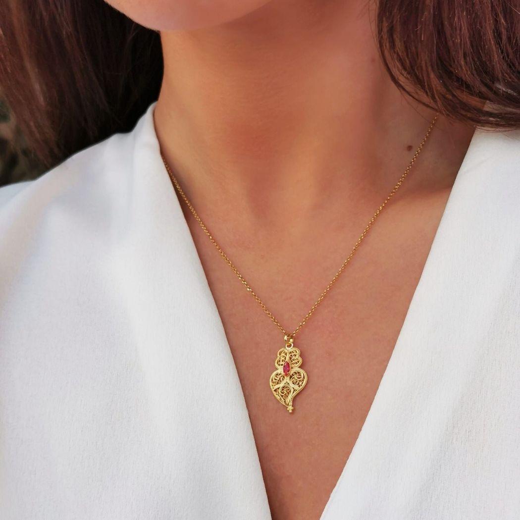 Conjunto Brincos e Colar Coração de Viana Rubi em Prata Dourada